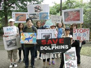 japanese-anti-dolphin-hunt-protest